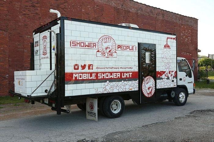 Душ на колесах для бездомных