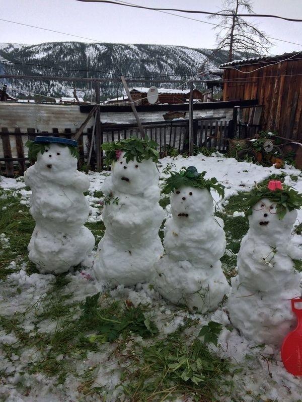 Якутские детишки проводят лето за лепкой снеговиков
