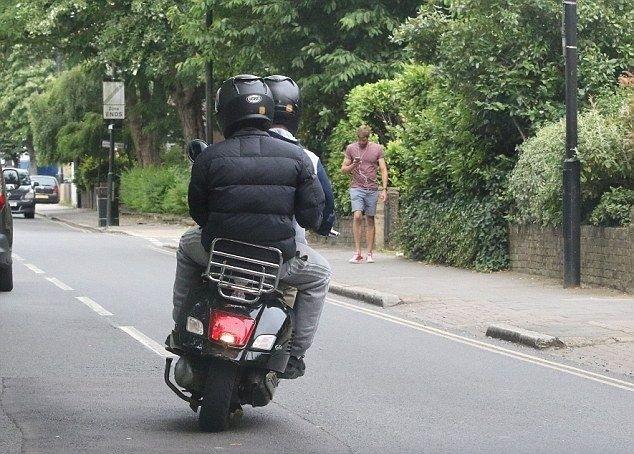 Прохожий с хорошей реакций помешал планам воров на скутере