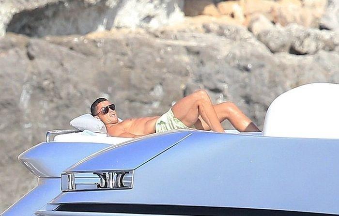 Криштиану Роналду отдыхает на яхте в Средиземном море