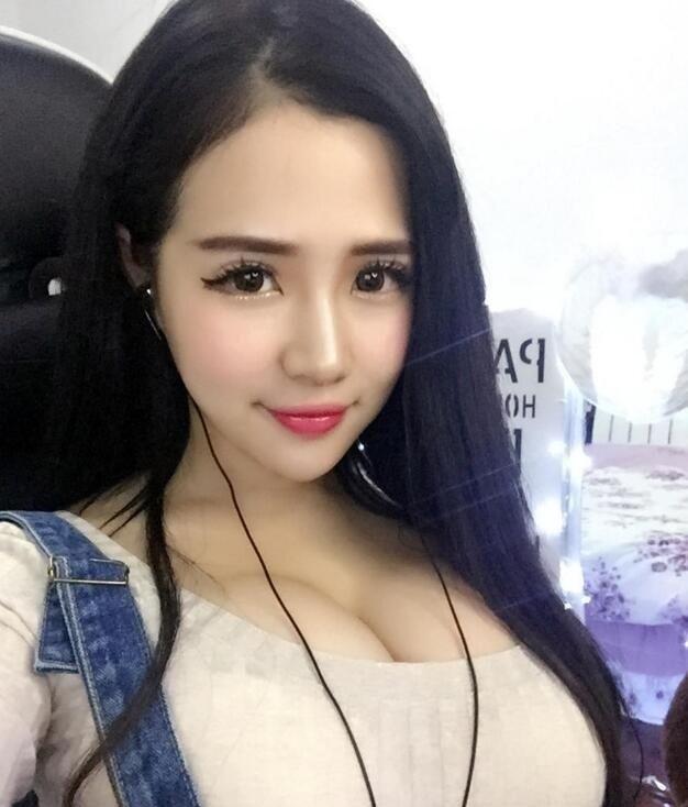 Милая китайская косплейщица