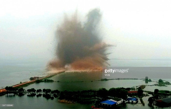 Масштабный подрыв дамбы в Китае
