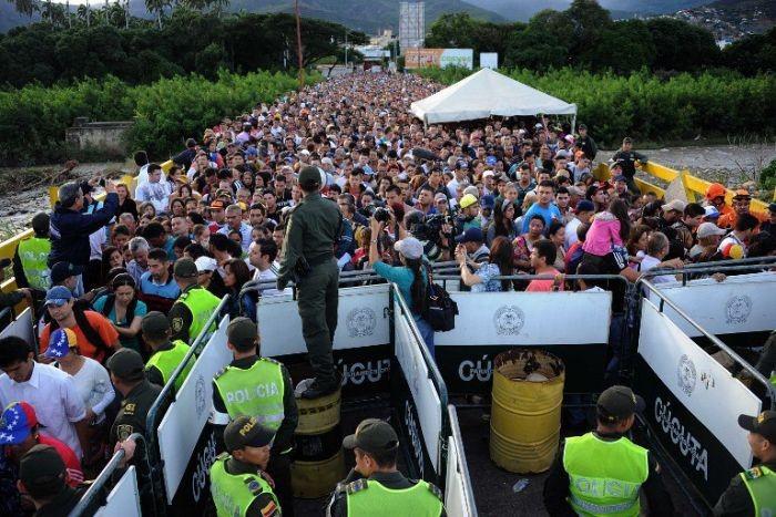 За сутки 35 000 жителей Венесуэлы пересекли границу с Колумбией (5 фото)