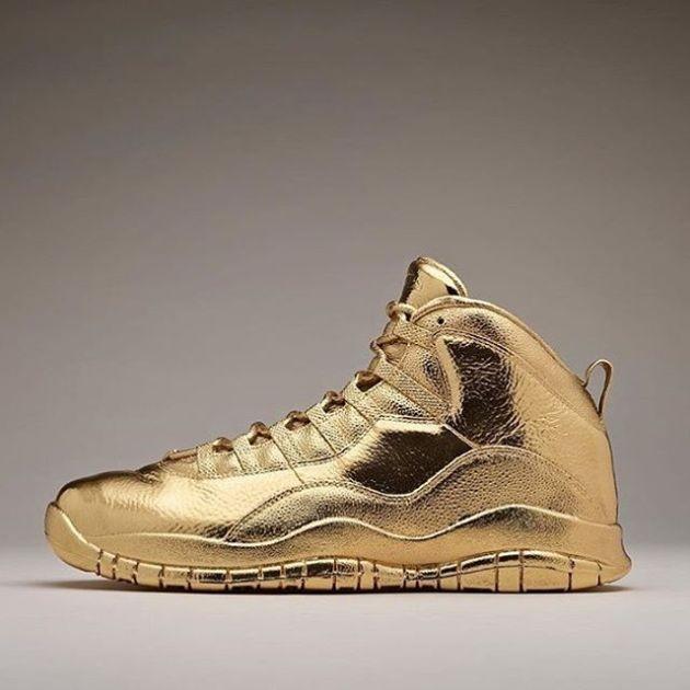 Рэпер Дрейк похвастался золотыми кроссовками OVO x Air Jordan 10