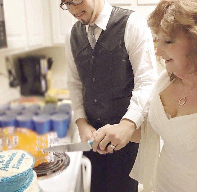 71-летняя пенсионерка вышла замуж за 17-летнего подростка