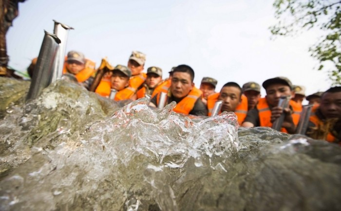 Китайские солдаты сделали плотину из своих тел, что бы не допустить наводнения