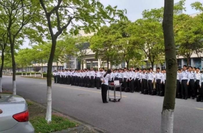 280 студентов поздравили с днем рождения единственную сокурсницу