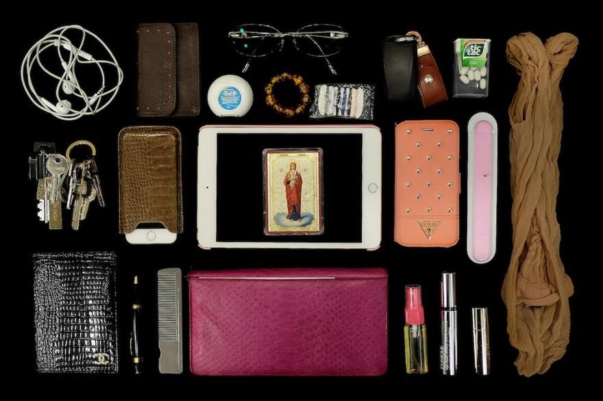 Что хранится в женских сумочках?