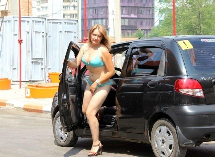 Самарская АЗС раздавала бесплатное топливо автоледи в купальниках