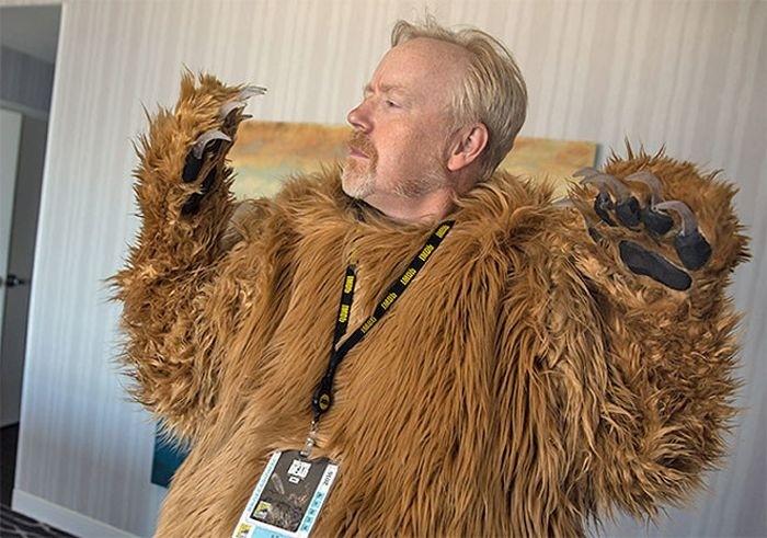Медведь из фильма «Выживший» с трупом Леонардо Ди Каприо на фестивале Comic-Con 2016