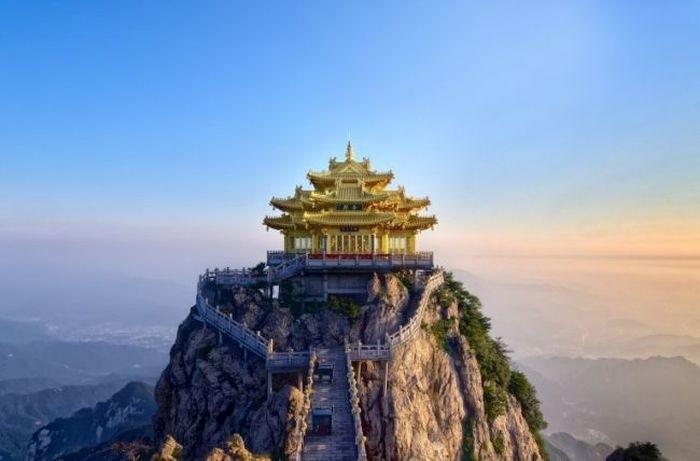 В Китае туристы разбили лагерь на высоте 1700 метров