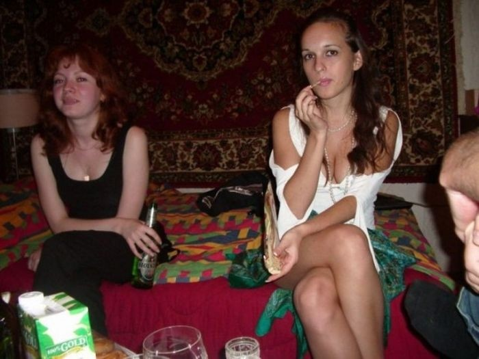 Симпатичные девушки на фоне ковров