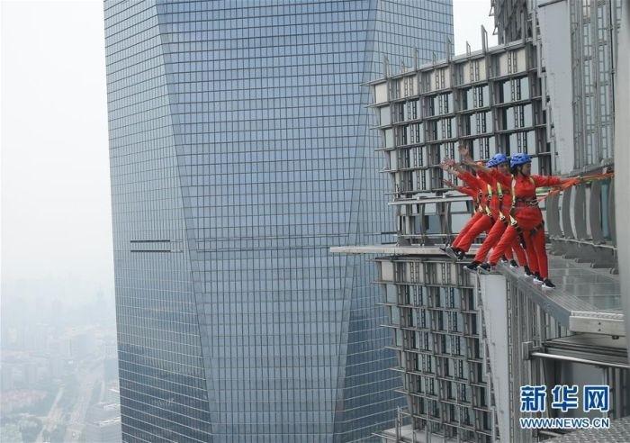 В Шанхае появилась обзорная площадка без заграждений и поручней