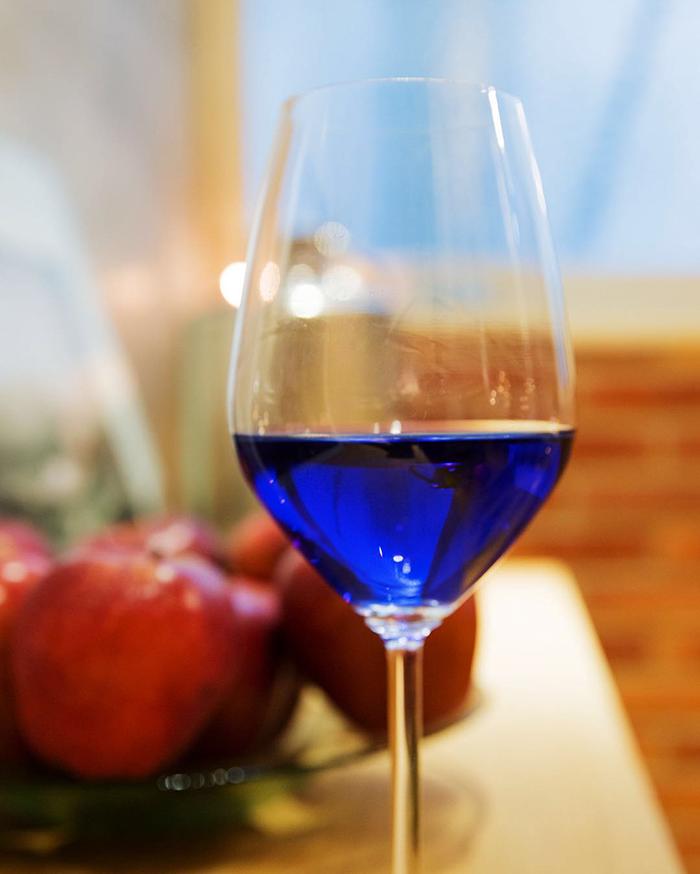 Испанские виноделы создали синее вино