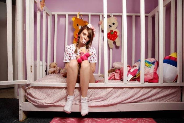 21-летняя девушка живет жизнью маленького ребенка