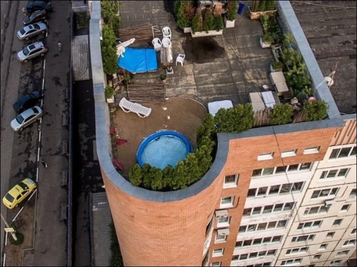 Житель Подмосковья обустроил зону отдыха на крыше многоэтажки Интересное