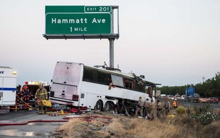 В Калифорнии пассажирский автобус въехал в столб