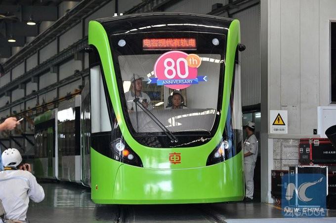 Китайский трамвай без проводов заряжается во время остановок (3 фото + видео)