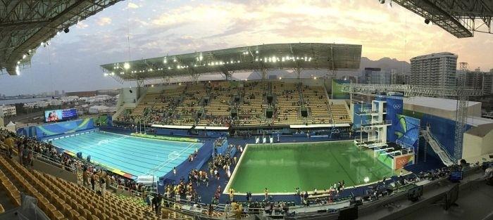 Олимпийцам пришлось прыгать в бассейн с ярко-зеленой водой