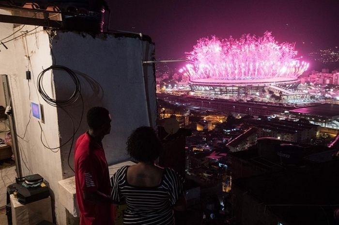 Взгляд на церемонию открытия Олимпиады в Рио из городских трущоб