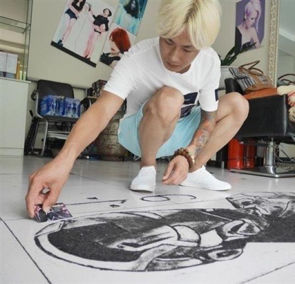 Китайский парикмахер создает на полу картины из состриженных волос