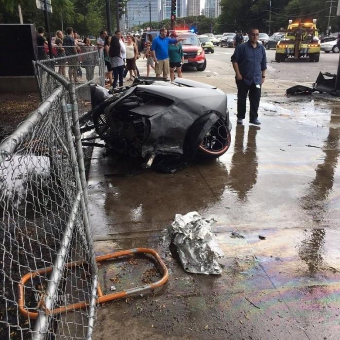 Lamborghini разорвало пополам от удара об столб