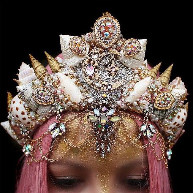 Дизайнер создает невероятные короны из ракушек