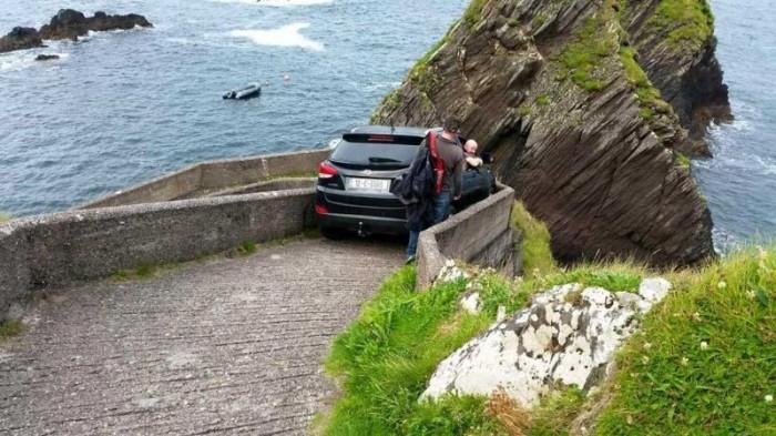 Водитель решил съехать к побережью по пешеходному спуску