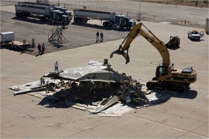 Как американцы утилизируют самолет Lockheed F-117 (6 фото)