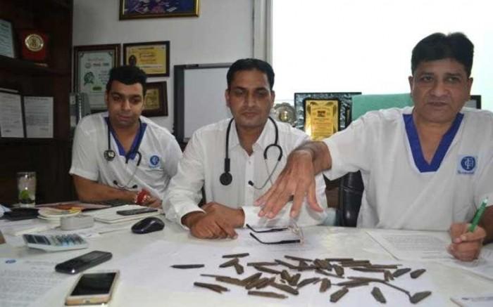 Хирурги извлекли из желудка полицейского 40 ножей
