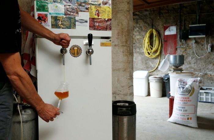 Бельгийские домашние пивовары за любимым занятием