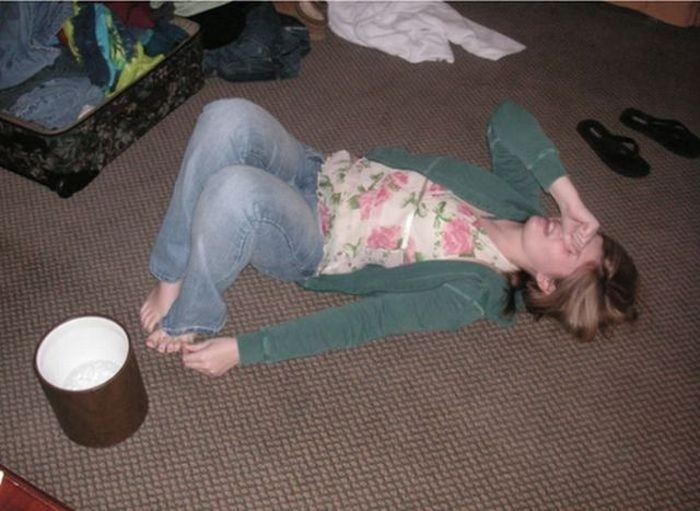 Девушки корчатся от боли после удара мизинцем