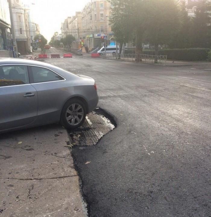 В Рязани часть дороги осталась неотремонтированной из-за припаркованного авто