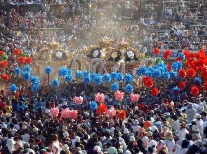 Плечи носителей святынь японского фестиваля