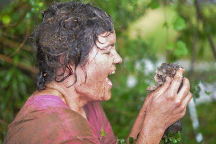 Храбрая спасательница нырнула в сливную трубу ради спасения котенка (5 фото)