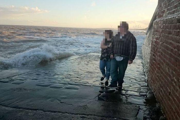 Большие волны затянули женщину в море