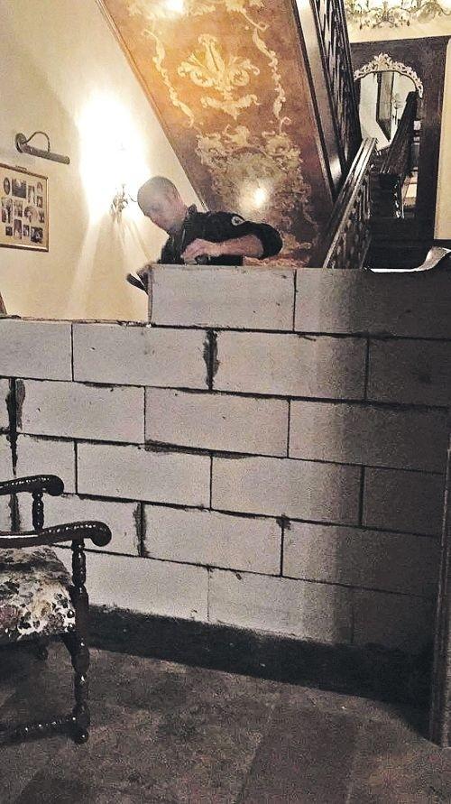 Российский бизнесмен разделил бетонной стеной дом на рублевке