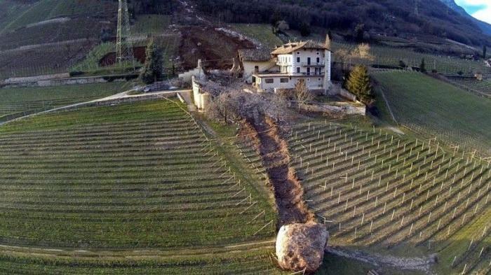 Камень разрушил усадьбу (3 фото)