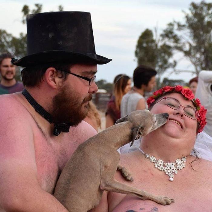 Жирная невеста не смогла подобрать платье и вышла замуж голой (10 фото)