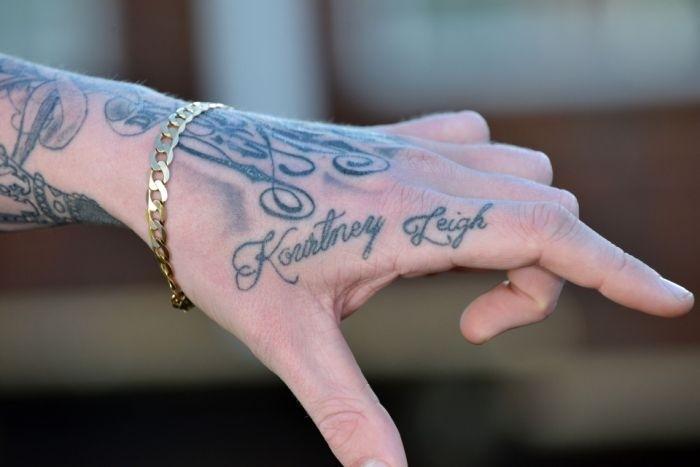 Парень сам набил татуировки со своим именем 39 девушкам