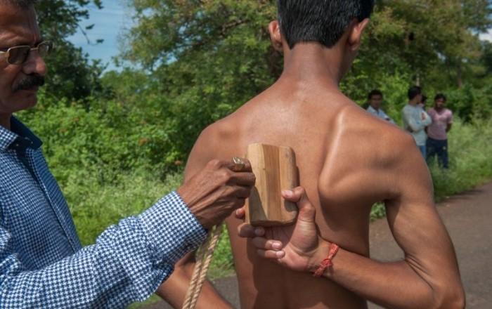 Индийский паренек с стальными лопатками