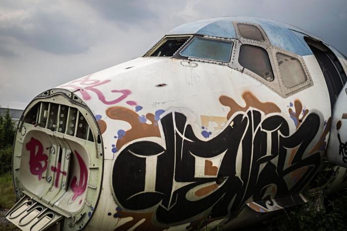Жизнь на кладбище самолетов (14 фото)