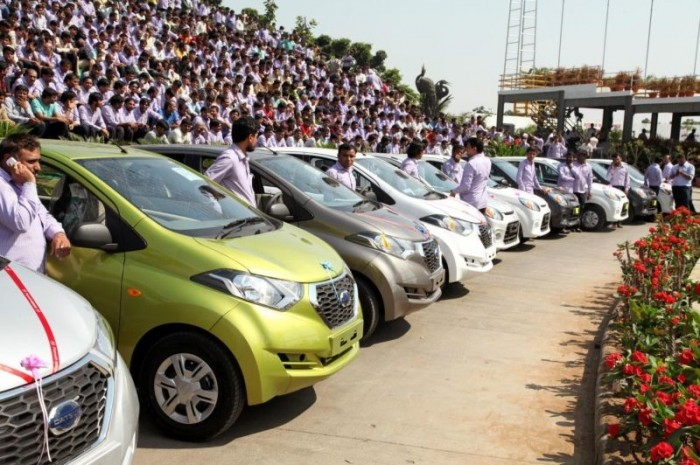 Индийский предприниматель подарил сотрудникам своей компании 1260 машин и 400 квартир