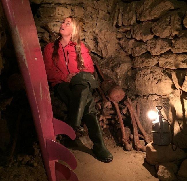 Американка в бикини исследует парижские катакомбы