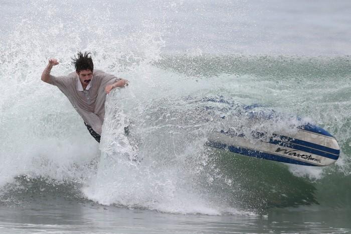 Конкурс по серфингу, посвященный Хэллоуину