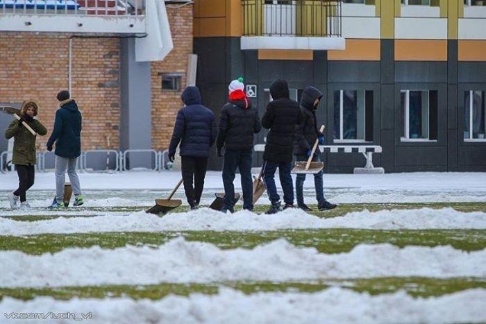 Во Владивостоке фанаты помогли расчистить от снега футбольное поле