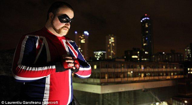Банкир решил стать супергероем (5 фото)
