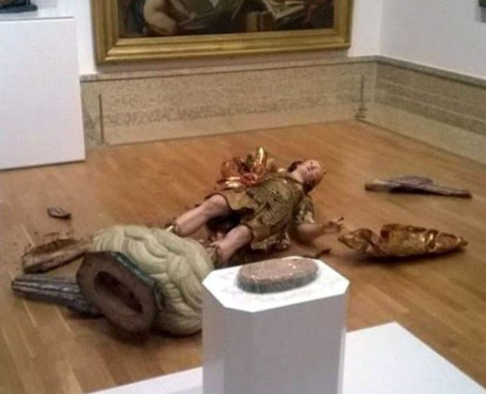 В музее Лиссабона турист разбил статую XVIII века, пытаясь сделать селфи