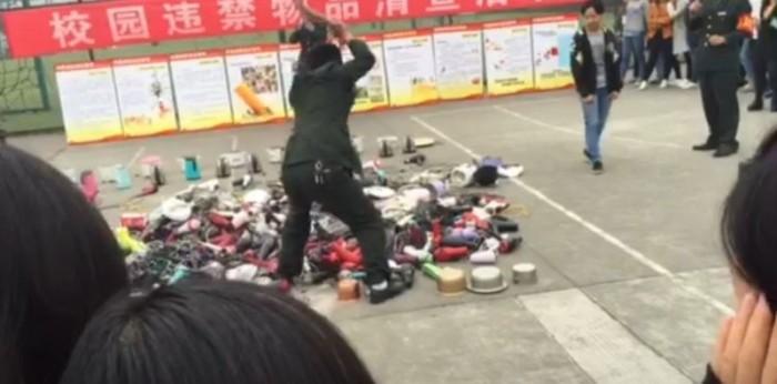 Администрация китайской школы порубила топором конфискованные у студентов электроприборы