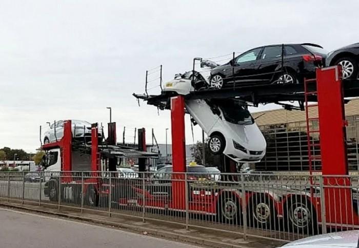 Водитель автовоза разорвал пополам легковушку, пытаясь проскочить под мостом